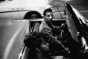 Garry Winogrand photo of two people in a convertible